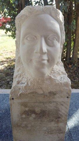 50cm X 25cm X 20cm Pierre de TREVOUX d'après un buste de David LÉGER (l:19cm X H:29cm P: 30cm) Aout 2015 In atelier David LEGER 31 -LAUNAC Réalisation de la Sculpture en pierre par la technique  de la mise aux points